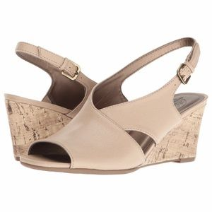•LIFESTRIDE• taupe wedges
